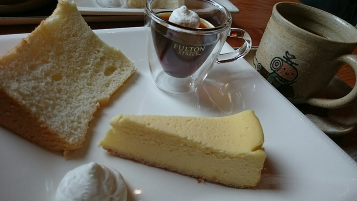 採れたての卵やクリームチーズをたっぷり使ったずっしり濃厚なチーズケーキや、ふわふわのシフォンケーキなども人気です。素材にこだわったお料理やスイーツを楽しみながら、木の温もりに癒されてみませんか?