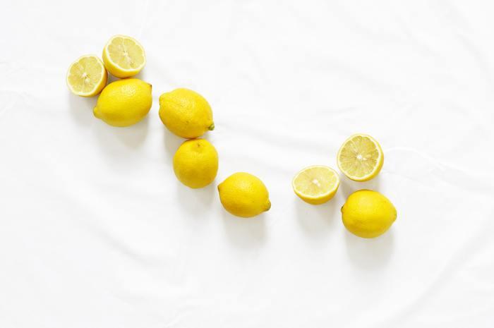 りんごの皮もそうですが、レモンの酸っぱい成分「クエン酸」は酸性なので、アルカリ性の汚れを中和して落としてくれます。アルカリ性の汚れといえば、キッチンの水回りの水垢や石鹸カス、鏡やガラス製品のくもりなどがそれにあたります。