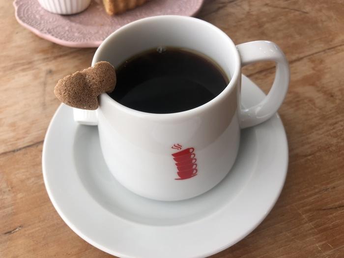 オリジナルロゴのカップに注がれたブレンドコーヒー。ライトとビターの2種類からセレクトできるので、その日の気分によって楽しめます。華やかな香りや酸味、苦みをゆっくりと味わいましょう。