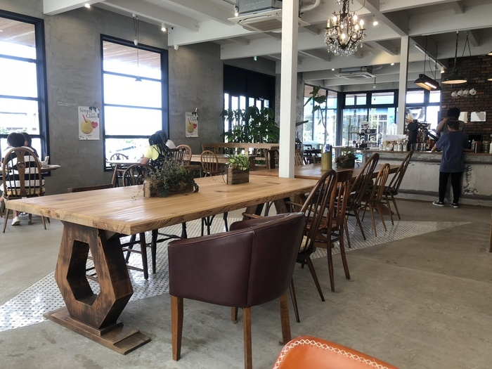 センスの良い照明や家具が置かれたスタイリッシュな店内は、開放感がありのゆったり過ごせそう。