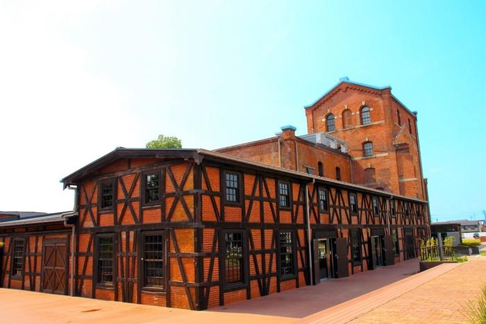 1898年 (明治31年)に建てられた元カブトビールの工場。国の登録有形文化財に指定されている建物はハーフティンバー棟、創建時主棟、貯蔵庫棟の3棟で構成され、貴重な歴史を今に伝えています。建物内にあるカフェでは復刻された幻のカブトビールの飲み比べができるので、ビール好きは必訪です。