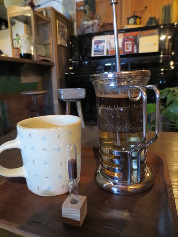 オーナーは、海外でコーヒー栽培のお手伝いをしたり、バリスタ修業を積んだ経験の持ち主。豆の味がダイレクトに感じられるフレンチプレスのコーヒー。自家焙煎にこだわった豊かな香りに癒されます。