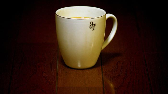 鏡と同様、紅茶のカップや湯呑など茶渋のついたところも、レモンの皮に塩を含ませて、こすればキレイに!レモンだけなく、柑橘系の皮なら効果がありますので、是非試してみて下さいね。
