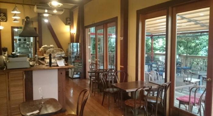 ブラウンを貴重とした落ち着いた雰囲気の店内。静かにゆったり過ごしたい大人同士のカフェタイムにおすすめです。