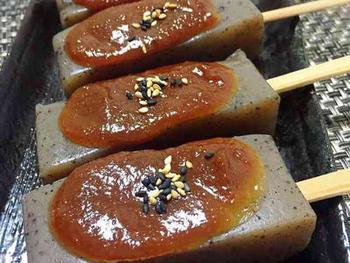 屋台の味の味噌田楽レシピ♪こんにゃくはヘルシーなので、カロリーが気になる時のおつまみにもぴったりです。キュウリの一本漬けと一緒に並べて食べるのも楽しいですね。
