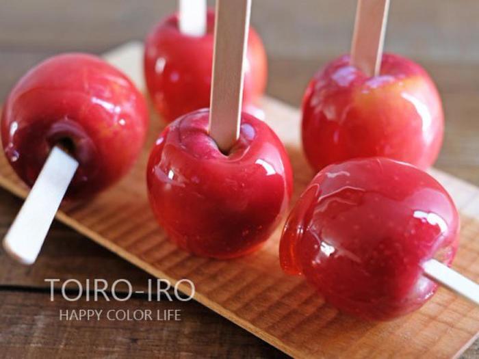 真っ赤でツヤツヤでお祭りの時だけ食べられる、子供の頃の憧れ「りんご飴」。大人になった今も、懐かしい気持ちで作ってみませんか?りんごの色はそのままでもOKですが、ちょこっとだけ食紅で赤色をつけると雰囲気がでます。