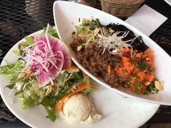 ランチの1番人気は「阿里山ミックスベジタブル丼」。お味噌風味の豆ミートとひじき、野菜ナムルがのった丼は、食べごたえがあるのにヘルシーと評判です。