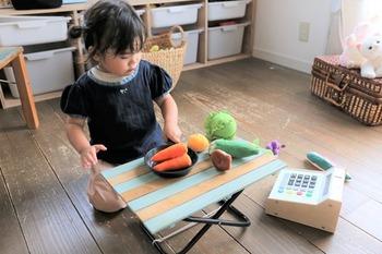 子供にちょうどいい高さでおままごとするのにぴったり。使わない時は折り畳んで収納できます。お子さんの好きなカラーで塗ったら、喜んで使ってくれそうですね♪