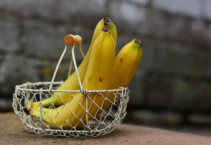 バナナの皮は、すぐに黒ずんでしまうので、捨てる意外に使い道があるの…?という人も多いのではないでしょうか。豊富な栄養が含まれていることでも知られるるバナナですが、実は、その皮にも栄養がたっぷり含まれているので、肥料に活用したり、革製品の艶出しにも効果があるそうです。