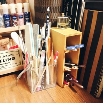 ネイルで使う筆はとてもデリケート。立てて収納すれば、毛先もきれいに保つことができます。短い筆は長さごとに分けて棚に収納するのがおすすめ。