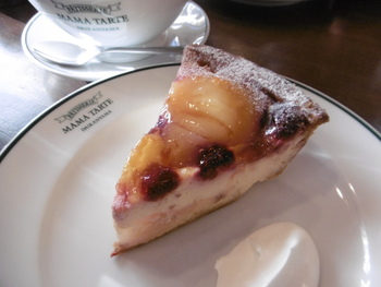 こちらは「洋なしとチェリーのパイ」。季節の果物を使っているので、どんなタルトがあるかは行ってからのお楽しみ!ここでしか味わえないタルトがたくさんあります。