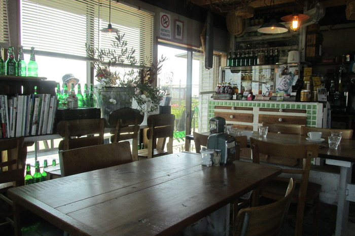 ナチュラルな雰囲気の店内は、テーブルとカウンター席があります。ディスプレイがどれも素敵で、ほっこりとした居心地のいい空間です。