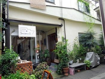 千駄木の裏路地にある、小さなタルト屋「シオミ」。住宅の1階部分を店舗にした、小さなお店です。入口には、鮮やかなグリーンが並べられています。