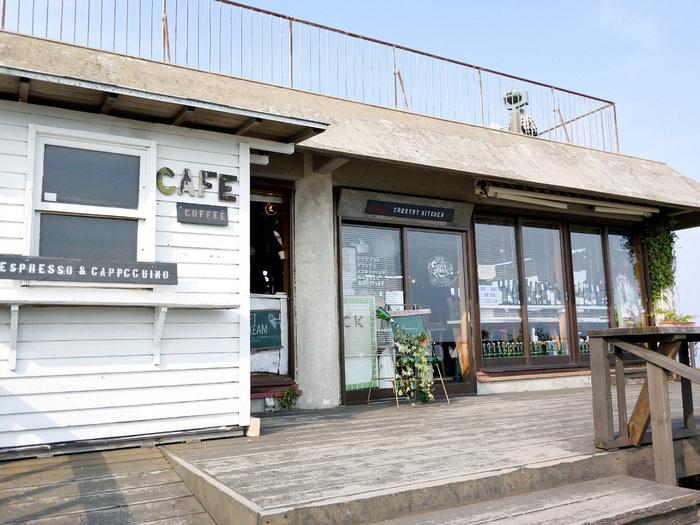 「カントリーキッチン」は、JR山陰本線「長門古市駅」から車で約10分の千畳敷にあります。料理の美味しさはもちろん、店内から北長門国立公園や海を眺められる大人気のお店です。