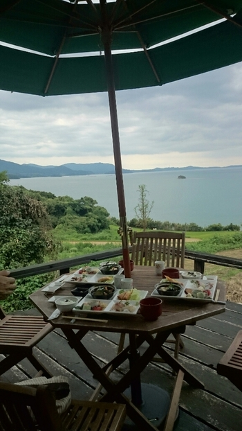 天気のいい日は、ぜひテラスへ。油谷湾や棚田を見渡せる人気の席です。心地よい潮風を感じながら、美味しい食事をしてくつろぎましょう。