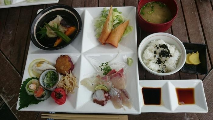 ここの一番人気は「プレートランチ」。お刺身・春巻き・天ぷら・野菜を使ったお惣菜・汁物・ごはんなど、一度にさまざまな料理を味わえます。お魚などその日に採れたての新鮮な食材を使っていて、お腹も心も満たされます♪