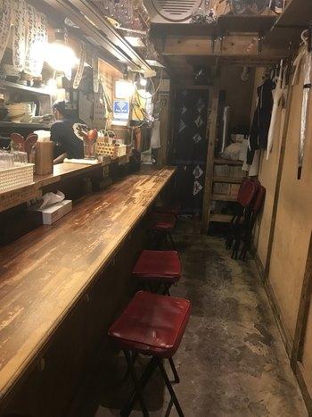 カウンター席10席のこじんまりした店内。調理場とお客さんの距離が近いので、アットホームな雰囲気も魅力です。