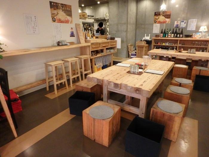 ヒノキのテーブと椅子が並んだ清潔感のある店内は、ひとりでも家族連れも入りやすい雰囲気。お仕事の合間にランチをする方や、赤ちゃん連れで訪れるママさんも多いんですよ。