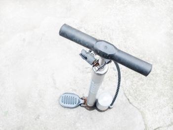 空気入れを使う時のポイントは、ポンプを下までしっかり押すということ。少し力は要りますが、効率的にたくさんの空気を入れることができますよ。タイヤを強めに押した時に少しへこむくらいが適量です。