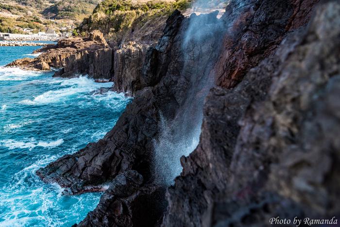 国指定の天然記念物・名勝に指定されている「龍宮の潮吹」も見ることができます。冬に海が荒れた時は、30m以上の高さになるんだそう。海水を噴出する様子は龍が空に昇っているようだといわれていて、一見の価値ありです!