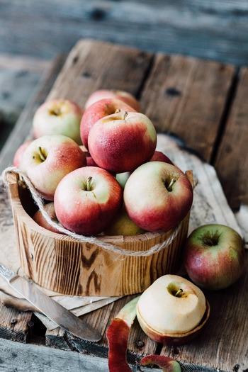 お料理やドリンク作りにあると便利な「りんご酢」。米酢などお好みの酢に氷砂糖とりんごの皮と芯を漬け込んでおくだけで手軽に作ることが出来るので、是非作ってみてはいかがでしょう。白ワインや炭酸水で割って飲んだり、ドレッシングや酢の物作りなどにもおすすめです!