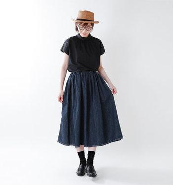 ギャザーをたっぷり仕込んだデニムスカートは、黒のトップスと合わせてシンプルに。足元も黒でまとめて、全体的にシックなカラーリングに仕上げています。頭にちょこんと乗せたハットが、ナチュラルカラーで夏らしい季節感のアピールにも◎