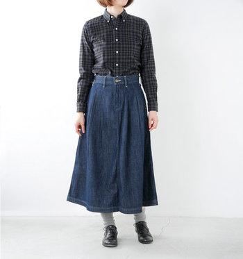 ウエストにタックのあるデニムスカートは、きっちりタックインがサマになるのでシャツやブラウスとも相性抜群。チェック柄のシャツと合わせて、デニムスカートを上品にコーディネートしています。足元はグレーの靴下を、くしゅっとたるませてゆるく履いているのがワンポイントに。