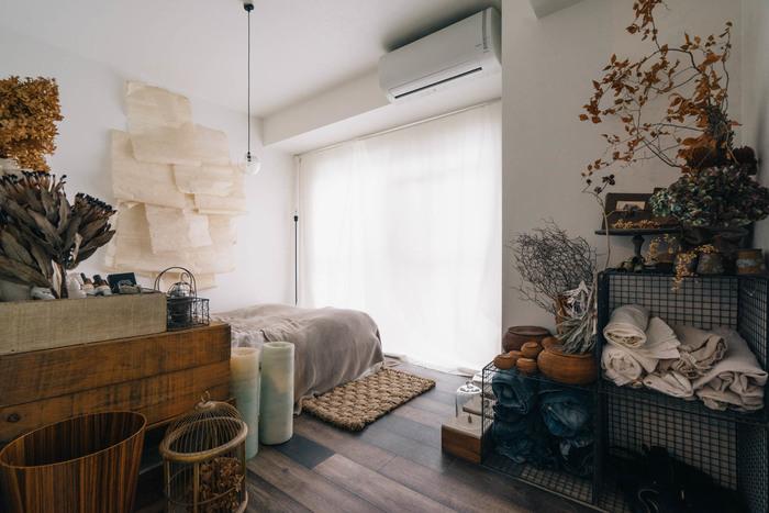 アンティーク×ナチュラルインテリアと相性のいいアイテムが、ドライフラワーです。 最近では花だけでなく葉ものや枝もののドライも多く、甘さを抑えてコーディネートすることも可能。 色味を抑えた家具やファブリックと合わせれば、さらに深みのある空間が完成します。