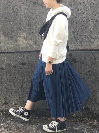 プリーツデザインのフレアデニムスカートが、程よいカジュアル感を演出してくれるパーカーコーデです。スニーカーとボディバッグをプラスして、子どもっぽく見えない春スタイリングに。