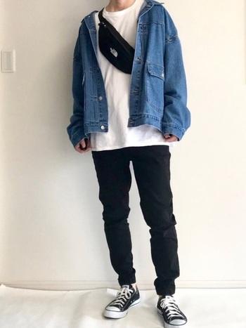 白Tシャツと黒のパンツを合わせたベーシックコーデに、デニムジャケットをプラス。ウエストバッグは前斜めがけにして、アウターの内側に忍ばせるのがメンズコーデのトレンドです。