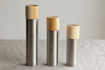 魔法瓶のコップが木製!異素材の組み合わせが新鮮です。木製コップに癒されそうな独特のデザインですね。