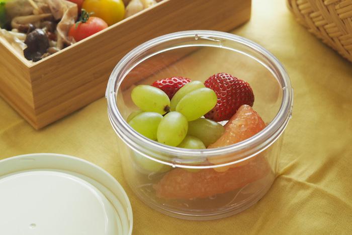 四角いお弁当箱の他に、透明のラウンドシェイプもあります。下にすのこが付いていて、果物や野菜の水分を切ってくれます。果物などの他、冷たいめん類を入れても◎。