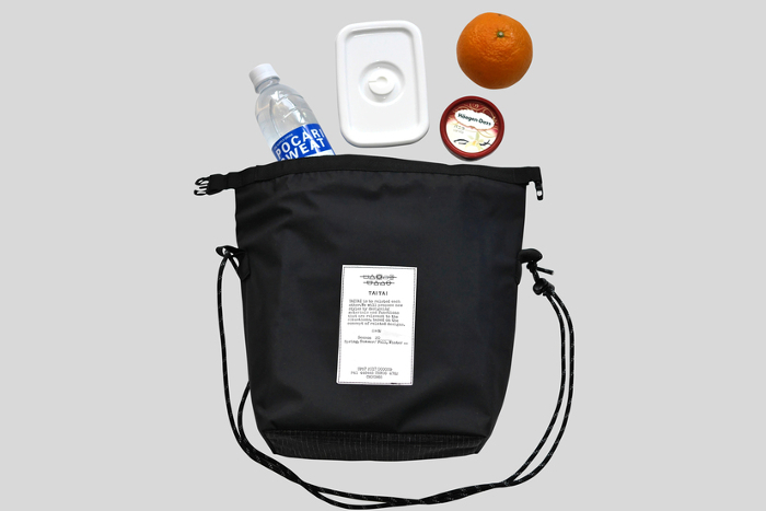 斜め掛けに丁度いい小さなバッグは保冷効果付き。ちょっとした飲み物などを入れて持ち歩くのに便利です。夏のお出かけのお供にぴったり。