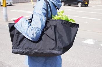 スーパーでのお買い物やアウトドアシーンで、食材を保冷して持ち運びたいならこちらのバッグの出番です。小さく折りたためて軽いのが魅力。