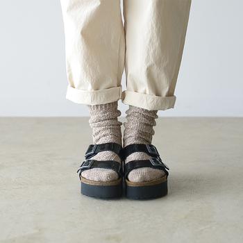 くすんだベージュともこもこした質感が秋らしい靴下は、サンダルの足元に季節感を演出。くしゅくしゅっとたるませるとルーズな雰囲気になって、こなれた印象が加わりますよ。