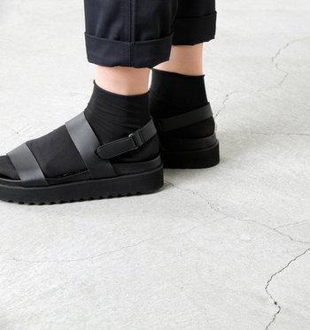 サンダルと靴下の色を統一すると、簡単にまとまり感のある足元に。サンダル×靴下コーデの初心者でもトライしやすいはず。