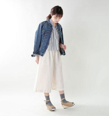 ベージュのレザーが上品なウェッジソールサンダルに薄手ソックスできれいめに。白の半端丈パンツやストライプシャツを合わせれば、爽やかな春コーデになります。