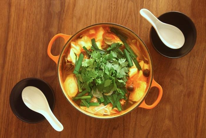 韓国のピリ辛スープ・スンドゥブも、パクチーとの相性が抜群。 たっぷりのにらとパクチーで風味をアップさせてみませんか?