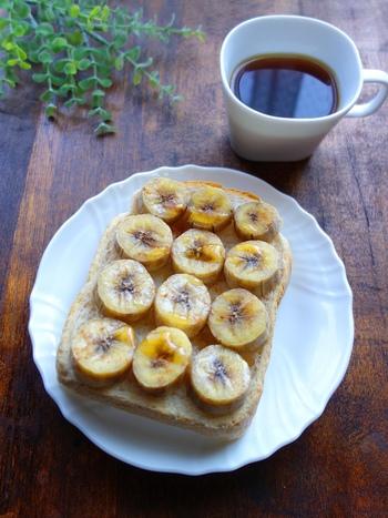輪切りにしたバナナを食パンにのせ、シナモンパウダーをかけたら、トースターへ。パンがこんがり焼きあがったら、はちみつをたっぷりかけて召し上がれ! バナナ、シナモン、ハチミツが三位一体となり、美味しさがお口の中に広がります。