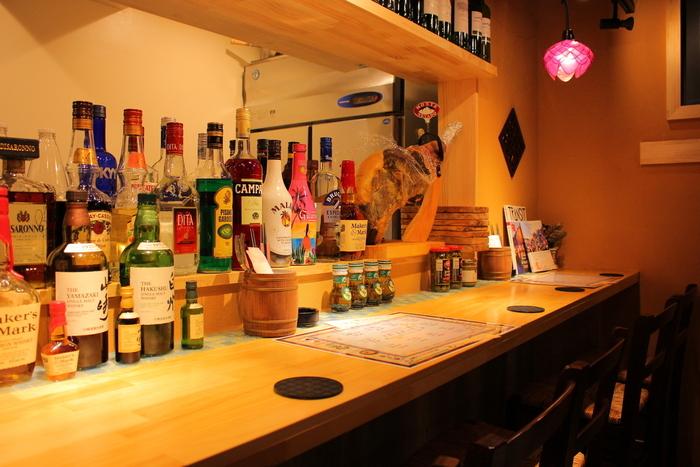 続いては横浜。 こちらは、本格的なタイ料理をはじめ「パクチー料理」も専門に掲げているバルです。  定番タイ料理から激辛料理専門コース、生ハムの原木もあるなど幅広い料理が楽しめることで人気。