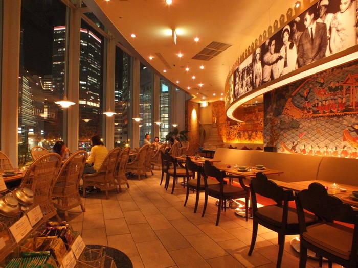 タイのリゾートアイランド・サムイ島をイメージしたトロピカルなお店。 梅田の夜景を眺めながらのディナーが楽しめます♪