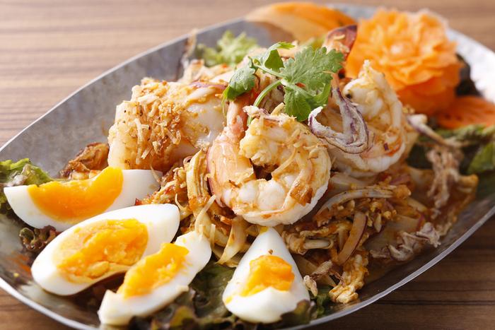 こちらの専門はタイ料理。 なかでも、辛味が際立つ南部料理に強いことでも知られています。 また、タイ政府による厳正な審査により、5つ星認定を受けたレストランでもあります。  ランチやティータイム利用もでき、リゾートアイランドのホテルラウンジを利用しているかのような雰囲気が味わえますよ。