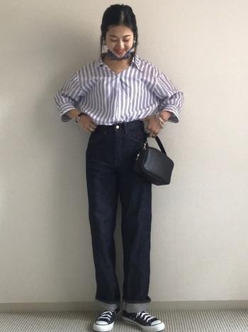 ストライプのシャツにコンバースは馴染みのあるコーデですが、首元にスカーフを巻いて、バッグもコンパクトなものにすると品のいいカジュアルコーデに。