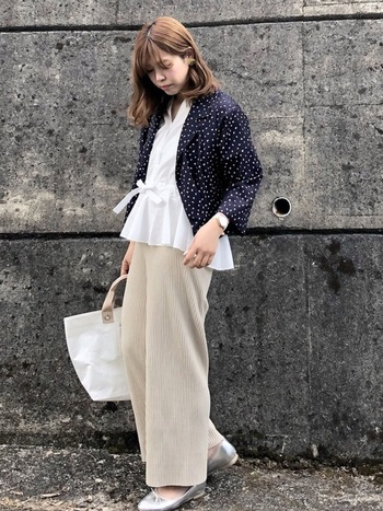 柔らかい素材で細いプリーツの入ったパンツ。白いブラウスに、ドットのシャツをジャケットのように羽織れば、即パリ風に。足元にバレーシューズ、バッグはトートを選んでより気分を盛り上げましょう。