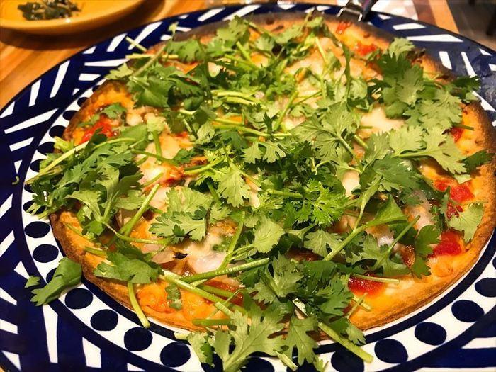 こちらはバルらしいピザメニュー。  …ですが、なんとトムヤム味&パクチー盛りというアジアンテイストのピザ!  冬場にはアジアンソースでいただくおでんやトムヤムニョッキなど、東南アジア料理と各国料理が組み合わさったフュージョン料理も楽しめますよ♪
