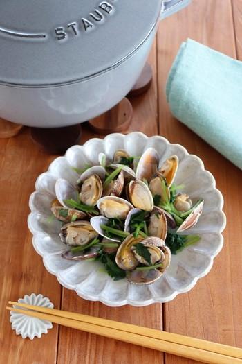 日本食を作るのにぴったりな鍋。丸みをもった底は対流を促し、ちょうど雪平鍋のような使い心地。定番ココットよりは浅く、ブレイザーよりは深い、うどんなど普段使いに適した大きさです。