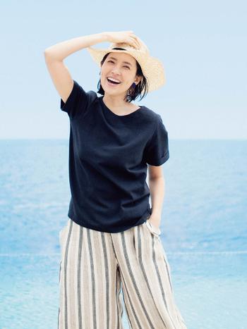 """""""はまじ""""こと、モデルの浜島直子さんと一緒に企画をする『はまじとコラボ』シリーズの新作は、トップスとパンツのセットアイテム!「ひたすら涼しいコーデセット」をテーマに、Tシャツ感覚で着られる麻混素材のシンプルなトップスと、同じく麻混のストライプ生地を使ったワイドシルエットの楽ちんパンツのセットです。 コーディネートが完成されているセットアイテムは、慌ただしいときに大助かり。もちろん、それぞれ単品でも使えるからお得感に大満足ですね。"""