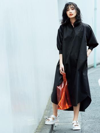 """ファッションコーディネーター・小森美穂子さんと一緒に作ったコラボワンピは、週末スタイルにぴったりな一枚。 ゆるシルエットながら、メンズのシャツをベースに細部のディティールにこだわって大人っぽく仕上げています。袖のボリューム感や、前後に差をつけたマキシ丈など""""華奢見え""""が叶うデザインが嬉しい。重過ぎないインクブラックをチョイスしたり、イージーケア素材にこだわっていたり、プロの視点でしっかりポイントが押さえられています。"""
