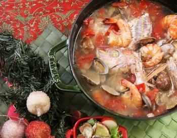 南フランスの漁師町の郷土料理、ブイヤベース。ストウブで作れば、本格的な味に。おしゃれなビジュアルは、食卓の真ん中で上品に映えます。