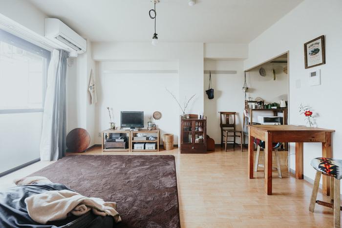 アンティークの家具や古道具をメインに使っているお部屋。 落ち着いた色味がなんとも言えないノスタルジーな空気感を、お部屋に生み出しています。 古道具のように「和」を感じるアイテムは、アンティーク家具にもマッチしやすくておすすめです。